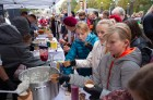 Lai stiprinātu esošās un radītu jaunas putras ēšanas tradīcijas, Starptautiskajā Putras dienā Rīgas centrā vēra vaļā Simtgades putras vēstniecību 20