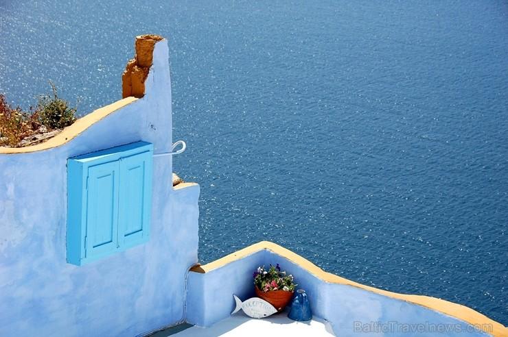 Santorini ir viens no iecienītākajiem romantiķu galamērķiem, kas vilina ar  pārsteidzošām panorāmām, romantiskiem saulrietiem un vulkānisko smilšu plu
