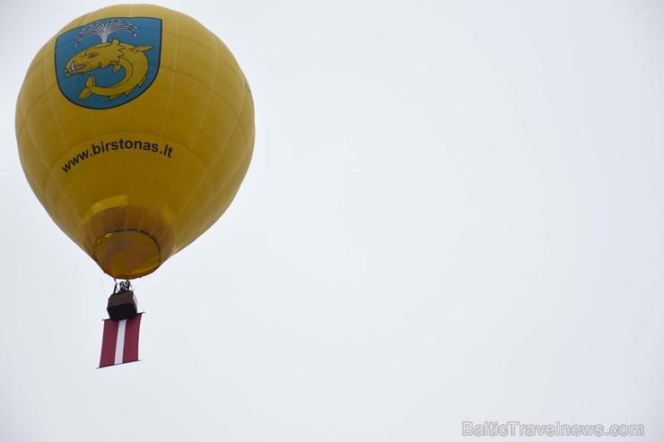Paceļot Latvijas karogu virs Lietuvas, kūrortpilsēta Birštonas sveic Latviju simtgadē. Birštonas pašvaldības vadītāja Nijole Dirginčiene sveic visus l
