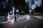 Jūrmalā - Dzintaru mežaparkā - atklāts Gaismas parks, kurā dažādos gaismas dekoros, skulptūrās jau otro gadu iemirdzas tūkstošiem LED gaismiņu. 2