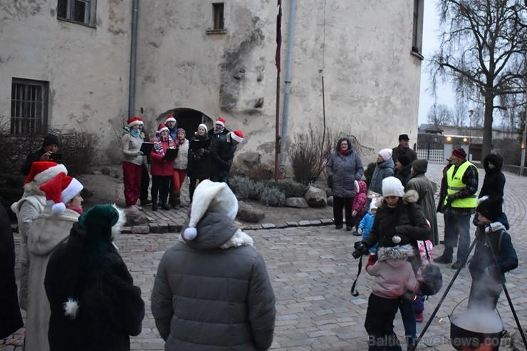 1301. gadā celtā Jaunpils pils mirdz gaišās svētku rotās un pulcē Jaunpils iedzīvotājus un viesus svētku gaidīšanas pasākumos