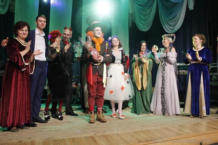 Tukumā radoši gaida Ziemassvētkus, bet Jaunpils pilī pošas Jaunā gada karnevālam
