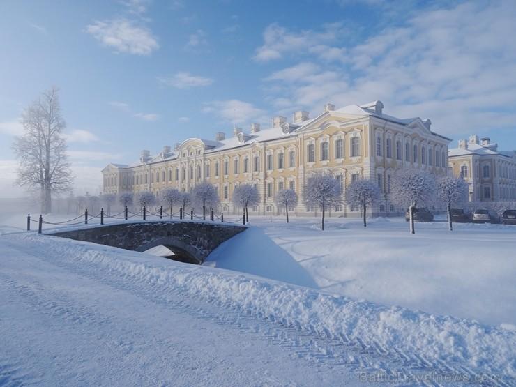 Ziemas laikā Rundāles pilī iespējams izbaudīt intīmu, noslēpumaini valdzinošu gaisotni, īpaši stundās, kad ekspozīciju telpās iemirdzas trauslās un el