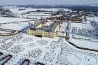 Ziemas laikā Rundāles pilī iespējams izbaudīt intīmu, noslēpumaini valdzinošu gaisotni, īpaši stundās, kad ekspozīciju telpās iemirdzas trauslās un el 1