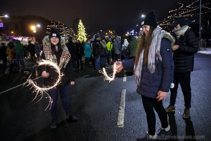 Rīgā par iedzīvotāju iecienītu tradīciju ir kļuvusi Jaunā gada sagaidīšana 11. novembra krastmalā. Šoreiz gadu mijas pasākumi krastmalā pulcēja apmēra
