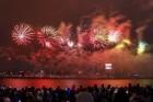 Rīgā par iedzīvotāju iecienītu tradīciju ir kļuvusi Jaunā gada sagaidīšana 11. novembra krastmalā. Šoreiz gadu mijas pasākumi krastmalā pulcēja apmēra 1