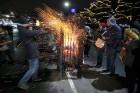 Rīgā par iedzīvotāju iecienītu tradīciju ir kļuvusi Jaunā gada sagaidīšana 11. novembra krastmalā. Šoreiz gadu mijas pasākumi krastmalā pulcēja apmēra 3