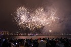 Rīgā par iedzīvotāju iecienītu tradīciju ir kļuvusi Jaunā gada sagaidīšana 11. novembra krastmalā. Šoreiz gadu mijas pasākumi krastmalā pulcēja apmēra 8