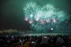 Rīgā par iedzīvotāju iecienītu tradīciju ir kļuvusi Jaunā gada sagaidīšana 11. novembra krastmalā. Šoreiz gadu mijas pasākumi krastmalā pulcēja apmēra 10