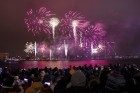 Rīgā par iedzīvotāju iecienītu tradīciju ir kļuvusi Jaunā gada sagaidīšana 11. novembra krastmalā. Šoreiz gadu mijas pasākumi krastmalā pulcēja apmēra 12