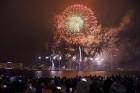 Rīgā par iedzīvotāju iecienītu tradīciju ir kļuvusi Jaunā gada sagaidīšana 11. novembra krastmalā. Šoreiz gadu mijas pasākumi krastmalā pulcēja apmēra 13