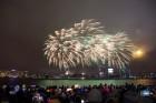 Rīgā par iedzīvotāju iecienītu tradīciju ir kļuvusi Jaunā gada sagaidīšana 11. novembra krastmalā. Šoreiz gadu mijas pasākumi krastmalā pulcēja apmēra 15