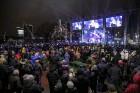 Rīgā par iedzīvotāju iecienītu tradīciju ir kļuvusi Jaunā gada sagaidīšana 11. novembra krastmalā. Šoreiz gadu mijas pasākumi krastmalā pulcēja apmēra 22