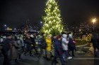 Rīgā par iedzīvotāju iecienītu tradīciju ir kļuvusi Jaunā gada sagaidīšana 11. novembra krastmalā. Šoreiz gadu mijas pasākumi krastmalā pulcēja apmēra 23