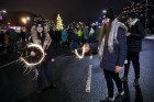 Rīgā par iedzīvotāju iecienītu tradīciju ir kļuvusi Jaunā gada sagaidīšana 11. novembra krastmalā. Šoreiz gadu mijas pasākumi krastmalā pulcēja apmēra 24