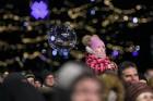 Rīgā par iedzīvotāju iecienītu tradīciju ir kļuvusi Jaunā gada sagaidīšana 11. novembra krastmalā. Šoreiz gadu mijas pasākumi krastmalā pulcēja apmēra 26