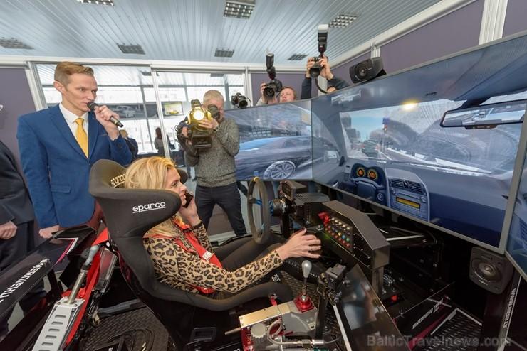 Vai rallijkrosa braucējs Reinis Nitišs spēj vienlaicīgi vadīt auto un izmantot tālruni?