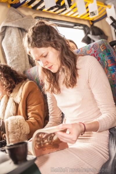 Ar trīs grāmatu plauktiem un vairākiem desmitiem grāmatu aprīkotais vilciena sastāvs kursēs visos dīzeļvilcienu maršrutos, dodot iespēju cilvēkiem Lat