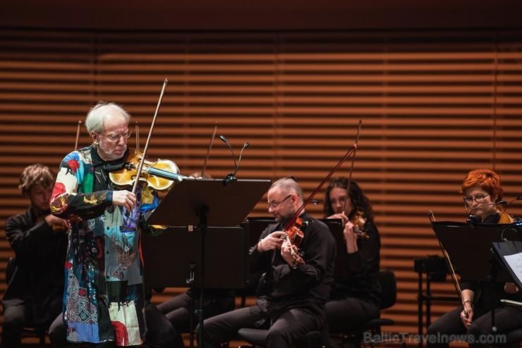 Šī bija pirmā izcilā vijolnieka Gidona Krēmera uzstāšanās Liepājas koncertzālē, kā arī vienīgais viņa jaunās programmas