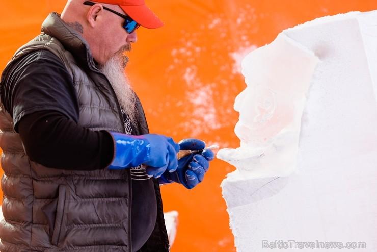 Jelgavā sākas Starptautiskā Ledus skulptūru festivāla konkurss un tēlnieki, katrs no viena 100x50x25 centimetrus liela un 120 kilogramus smaga ledus b