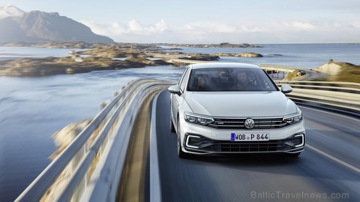 «Volkswagen» iepazīstina ar atjaunoto astotās sērijas Passat modeli, kurš kļūs par pirmo «Volkswagen» modeli, kuram būs pieejama daļēji automatizēta b