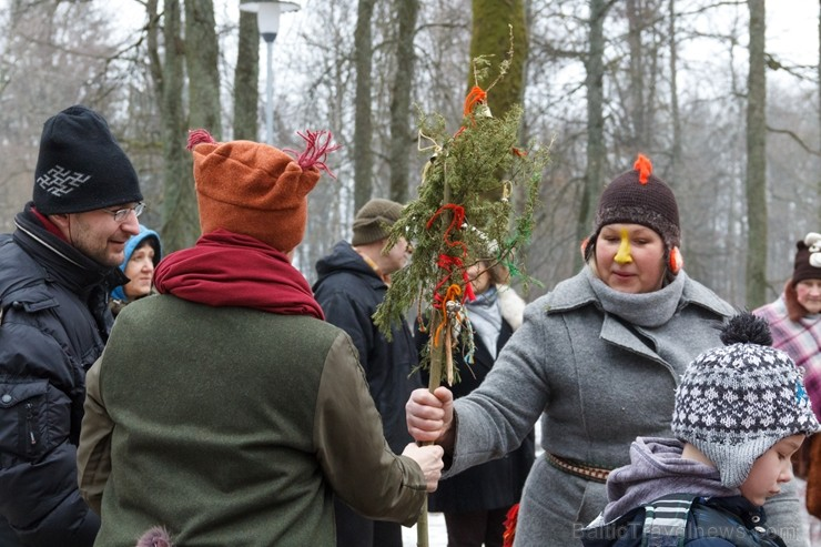 Rembates parkā pie Lielvārdes novada Kultūras centra jau otro gadu tika svinēti Meteņi, lai kopā ieskandinātu pavasari
