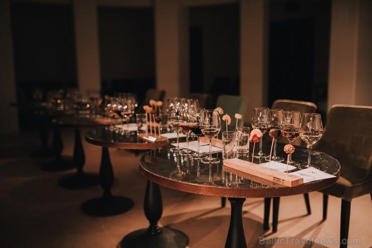 Ar pirmizrādi tumsas pavadībā sevi pieteicis Latvijā jauns izklaides piedāvājums – vīna degustācija tumsā jeb
