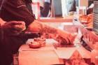 Resto-Rātors restorānu grupas vadītājs Viktors Ravdive Centrālā Gastro Tirgus kioskā