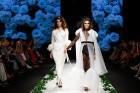 Rīgas Modes nedēļas ietvaros Latvijas dizaineru krāšņie tērpi atklāj jaunakās tendences un divas no gaidītākajām ir jutekliskā «Amoralle» un romantisk 75