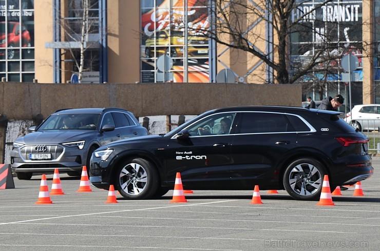 Audi pirmo reizi Rīgā prezentē pilnīgi elektrisku vāģi «Audi e-tron»