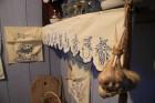 Dzīvoklīša iekārtojums kā nācis no vecmammas lauku sētas, tā paša stila rakstītie dvieļi, garšvielu maisiņi un dekori. Mazajā virtuvītē uz dzīvas ugun 23