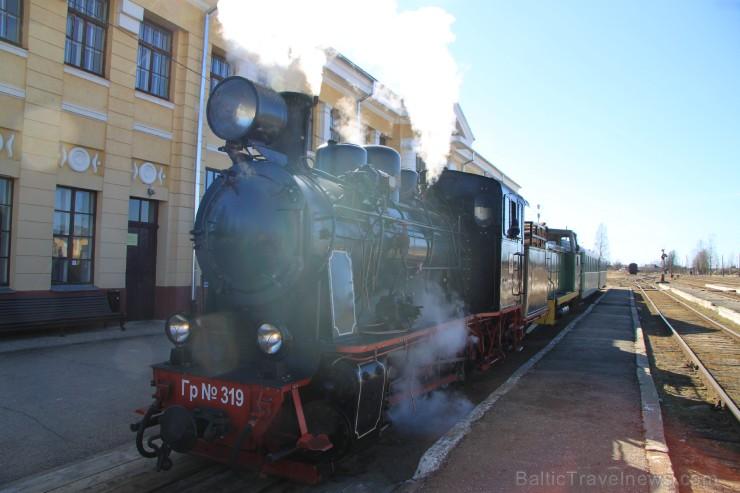 Gulbenes dzelzceļa stacija mūs sagaida ar saulainu laiku un pilnos tvaikos kūpošu bānīša lokomotīvi