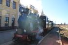 Gulbenes dzelzceļa stacija mūs sagaida ar saulainu laiku un pilnos tvaikos kūpošu bānīša lokomotīvi 1