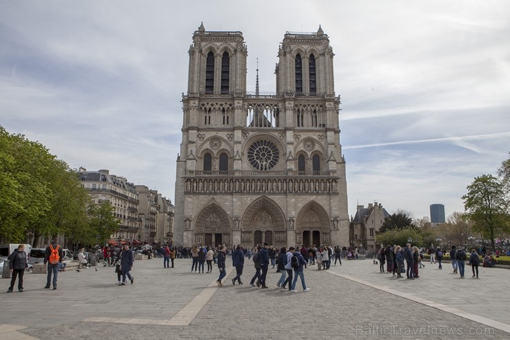 Parīzes Dievmātes katedrāle ir viens no visvairāk apmeklētākajiem tūrisma objektiem Parīzē. Elpu aizraujošās vitrāžas un griestu velves, kas datējamas