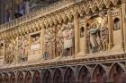 Parīzes Dievmātes katedrāle ir viens no visvairāk apmeklētākajiem tūrisma objektiem Parīzē. Elpu aizraujošās vitrāžas un griestu velves, kas datējamas 8