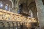Parīzes Dievmātes katedrāle ir viens no visvairāk apmeklētākajiem tūrisma objektiem Parīzē. Elpu aizraujošās vitrāžas un griestu velves, kas datējamas 9