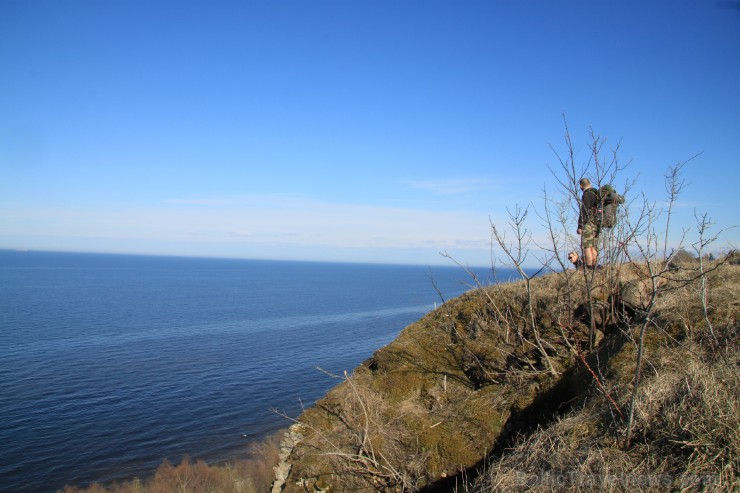 Jūra tik tuvu un reizē tālu, 50 metrus zemāk, pa nepieejamu klintu.