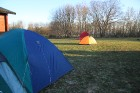 Lai arī šāda pieredze mums ir pirmo reizi izvēlamies zelta vidusceļu, atsakotie no kempinga mājiņas nakšņojam teltī ... 2