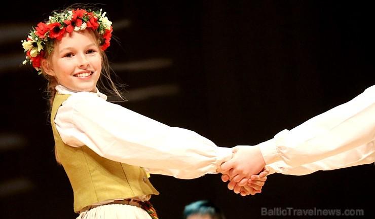 Travelnews.lv izbauda bērnu un jauniešu deju kolektīva «Pīlādzītis» koncertu «Deju karuselis»