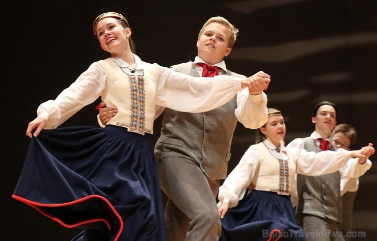 Bērnu un jauniešu deju kolektīvs «Pīlādzītis» piedāvā 4.05.2019 koncertu «Deju karuselis»