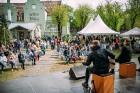 Ar svinīgiem koncertiem, militāro parādi, kopīgu pulcēšanos pie balti klātiem galdiem sestdien Latvijā un citviet pasaulē plaši tika svinēta Latvijas  12