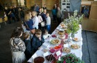 Ar svinīgiem koncertiem, militāro parādi, kopīgu pulcēšanos pie balti klātiem galdiem sestdien Latvijā un citviet pasaulē plaši tika svinēta Latvijas  31