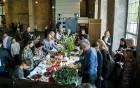 Ar svinīgiem koncertiem, militāro parādi, kopīgu pulcēšanos pie balti klātiem galdiem sestdien Latvijā un citviet pasaulē plaši tika svinēta Latvijas  37