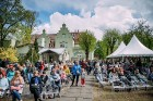 Ar svinīgiem koncertiem, militāro parādi, kopīgu pulcēšanos pie balti klātiem galdiem sestdien Latvijā un citviet pasaulē plaši tika svinēta Latvijas  42