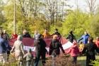 Ar svinīgiem koncertiem, militāro parādi, kopīgu pulcēšanos pie balti klātiem galdiem sestdien Latvijā un citviet pasaulē plaši tika svinēta Latvijas  52