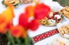 Ar svinīgiem koncertiem, militāro parādi, kopīgu pulcēšanos pie balti klātiem galdiem sestdien Latvijā un citviet pasaulē plaši tika svinēta Latvijas  53