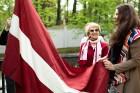 Ar svinīgiem koncertiem, militāro parādi, kopīgu pulcēšanos pie balti klātiem galdiem sestdien Latvijā un citviet pasaulē plaši tika svinēta Latvijas  61