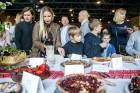 Ar svinīgiem koncertiem, militāro parādi, kopīgu pulcēšanos pie balti klātiem galdiem sestdien Latvijā un citviet pasaulē plaši tika svinēta Latvijas  65