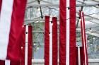 Ar svinīgiem koncertiem, militāro parādi, kopīgu pulcēšanos pie balti klātiem galdiem sestdien Latvijā un citviet pasaulē plaši tika svinēta Latvijas  70