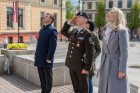Ar svinīgiem koncertiem, militāro parādi, kopīgu pulcēšanos pie balti klātiem galdiem sestdien Latvijā un citviet pasaulē plaši tika svinēta Latvijas  73